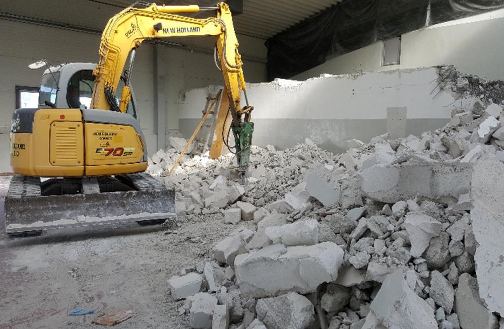 demolare-cu-excavator-NEW-HOLLAND-de-pereti-existenti-in-interiorul-halei-1-1-2-1000×600